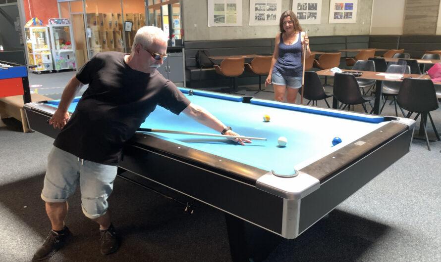 Ein Blinder beim Billard-Spielen